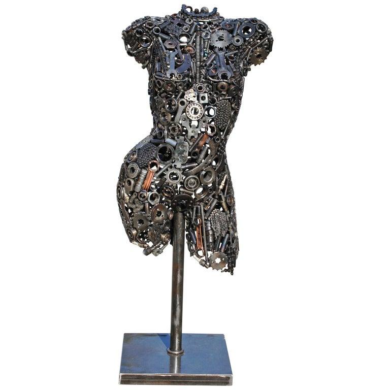 Escultura Vanguardista de Torso de Hierro Formada por Piezas Mecánicas