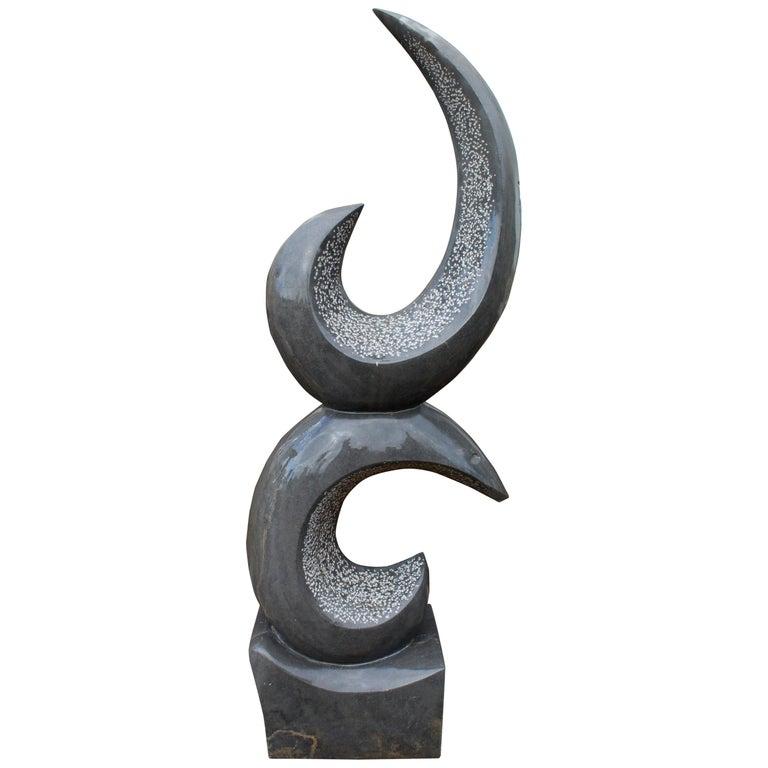 Escultura Abstracta Moderna Pulida en Mármol Belga Negro Tallado a Mano, de los Años 90