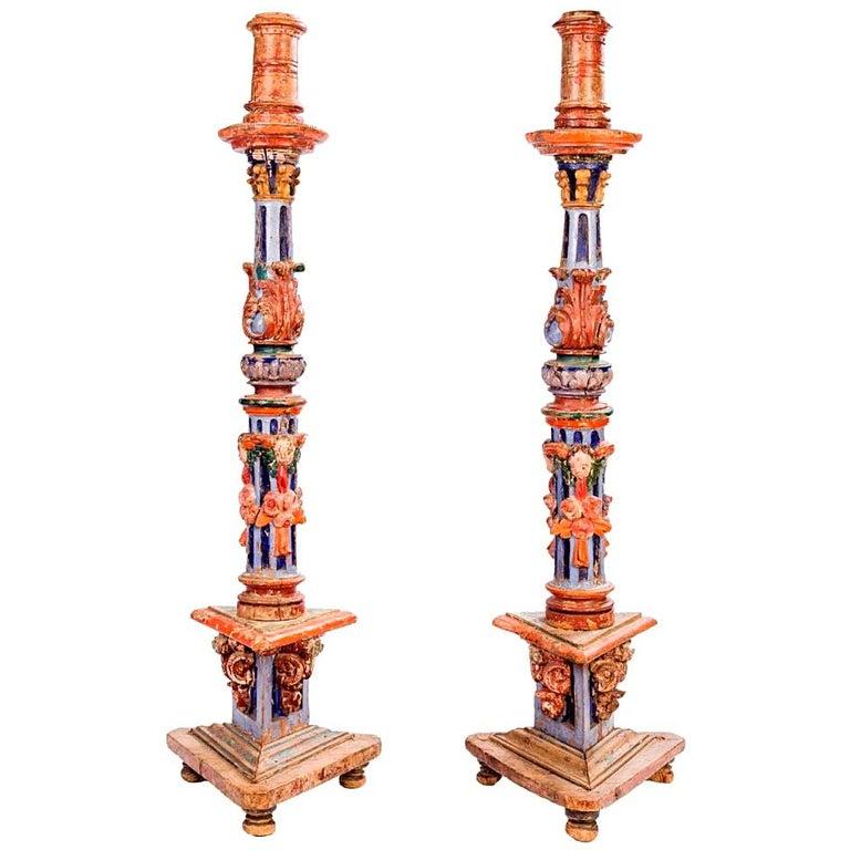 Pareja de Candelabros de Madera Pintados y Tallados a Mano, del Siglo XVIII