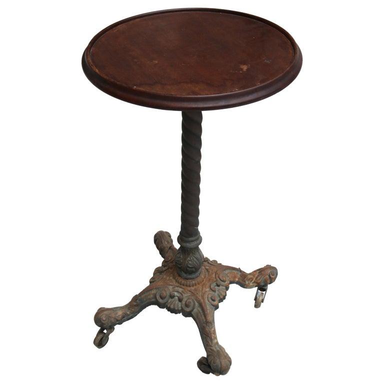Mesa Auxiliar de Pedestal Inglesa con Tablero de Madera y Pie de Hierro Fundido, del Siglo XIX