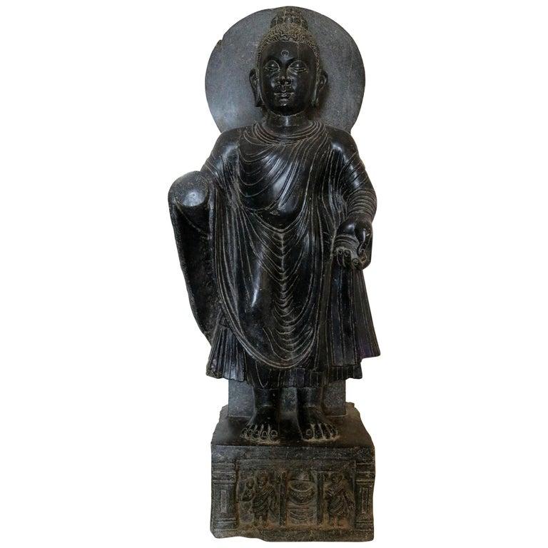 Escultura de Buda de Pie Tallada a Mano en Mármol Negro con Relieve en la Base, de la Década de 1980