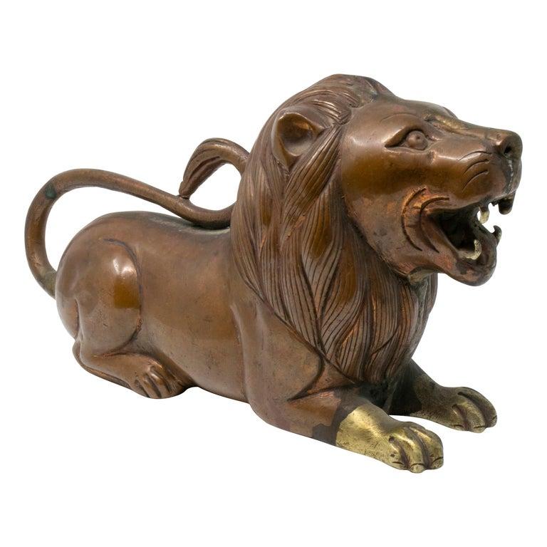 Escultura India de Bronce de un León Yacente, del Siglo XIX