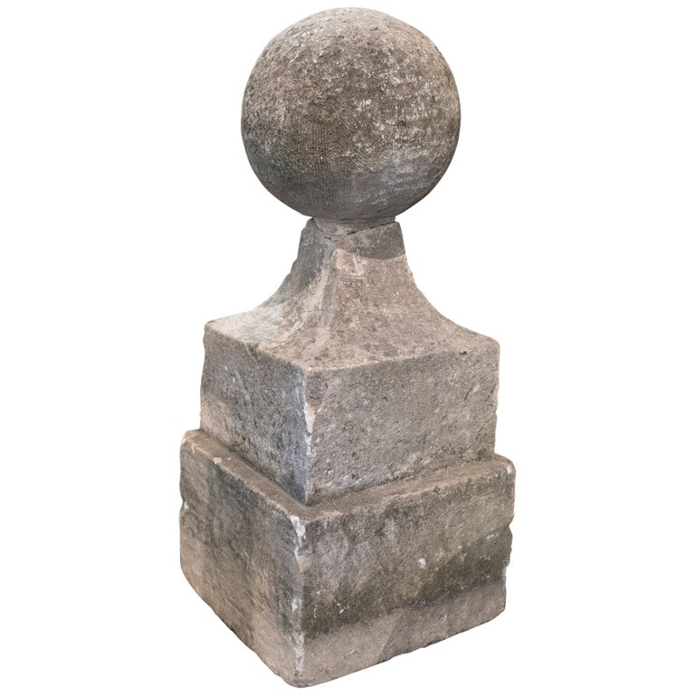 Remate Neoclásico de Piedra Tallada a Mano con Base Cuadrada y Bola, del Siglo XVIII