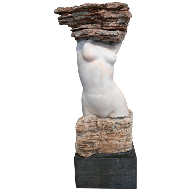 Escultura de Mármol Abstracta de un Torso Femenino, Tallada a Mano Sobre una Base Negra, de los Años 90