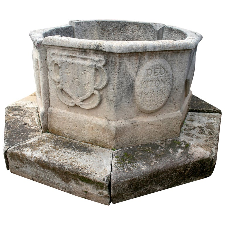 Boca de Pozo de Piedra Octogonal con Emblemas Familiares e Inscripción, del Siglo XVIII