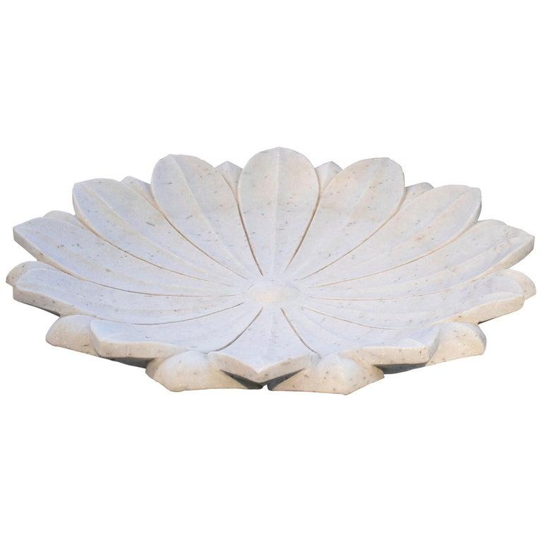 Fuente de Suelo de Mármol Blanco con Flor de Loto Tallada a Mano, de los Años 90