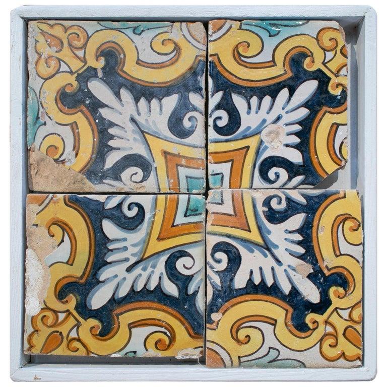Juego de 4 Baldosas de Cerámica Vidriada Ornamental Enmarcada, España, del Siglo XVIII