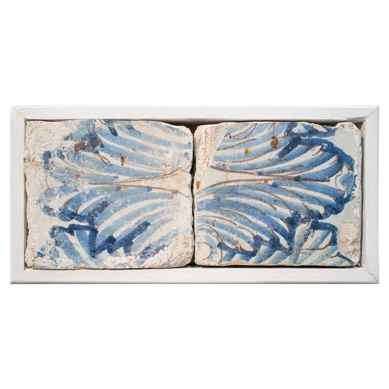 Juego de 2 Baldosas de Cerámica Vidriada Azul Cobalto Enmarcadas, España, del Siglo XVII