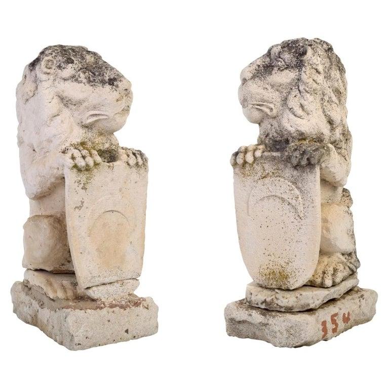 Pareja de Leones Tallados a Mano con Escudos, España, de Finales del Siglo XVIII y Principios del XIX