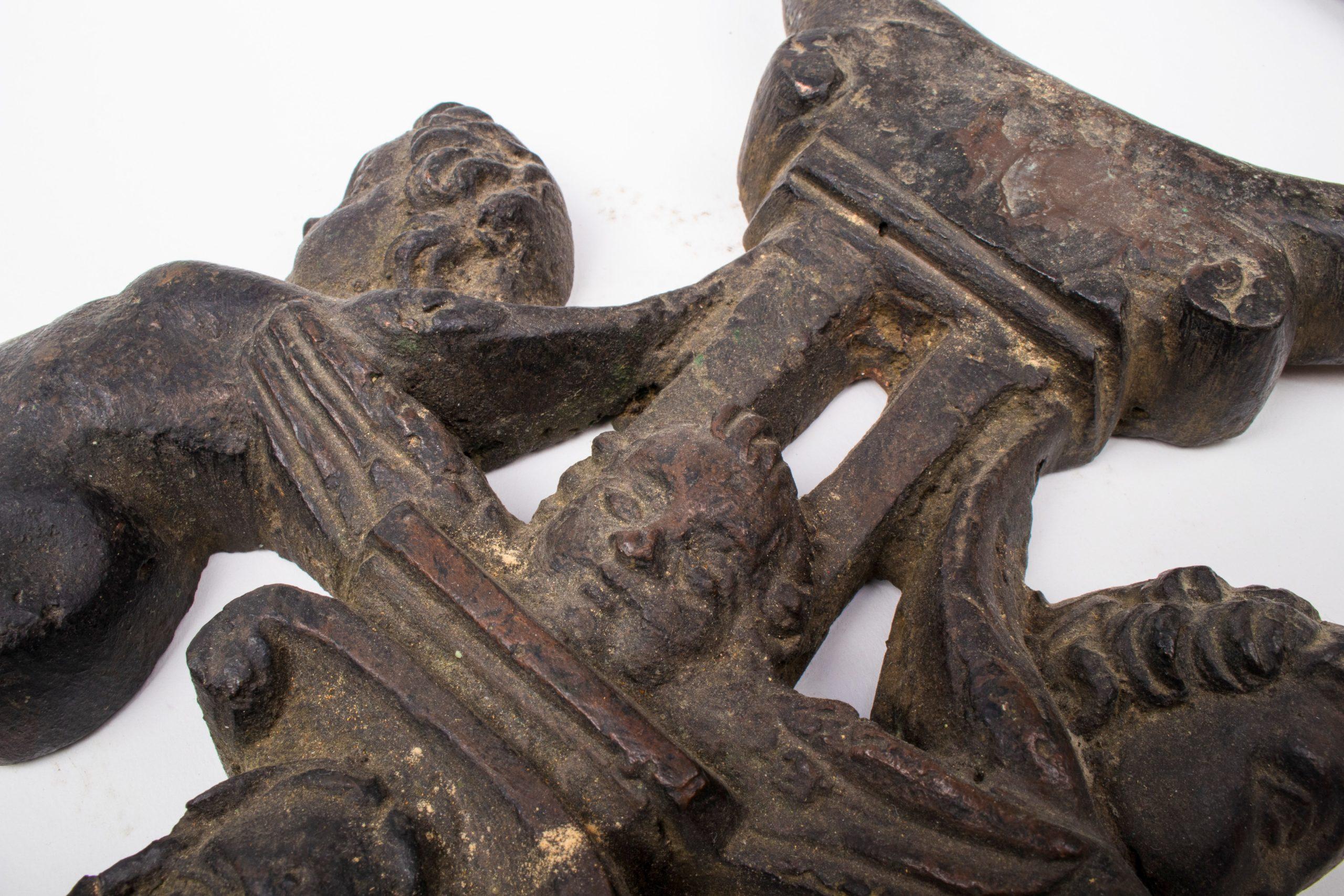 Llamador de Puerta de Bronce Veneciano con Figuras de Niños, del Siglo XVI