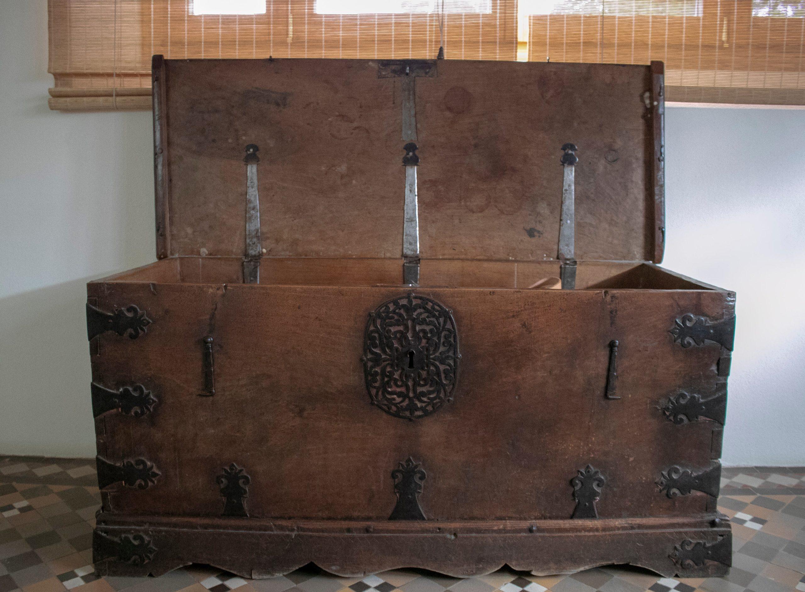 Arcón de Nogal con Herrajes Originales, del Siglo XVII