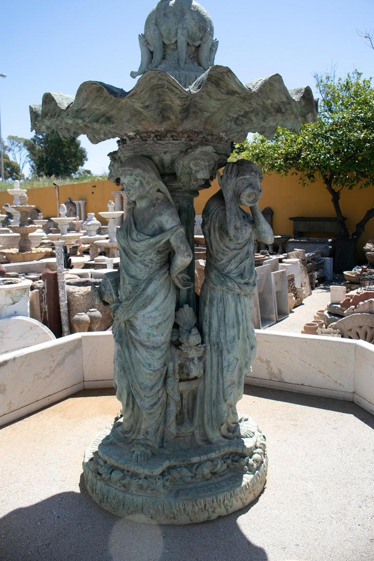 Fuente Monumental de Bronce con Las Tres Gracias Coronadas por Un Niño y Una Tiara en Forma de Concha