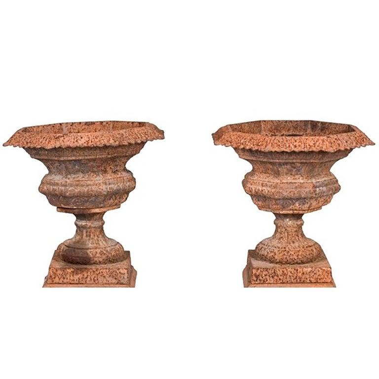 Pareja de Urnas de Jardín de Hierro Fundido de Estilo Francés en Pátina Roja